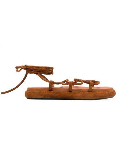 Brązowe sandały skorzane płaska podeszwa Khaite