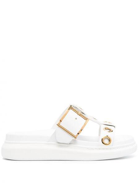 Białe złote sandały klamry Alexander Mcqueen
