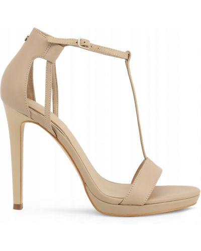 Klasyczne brązowe sandały Guess