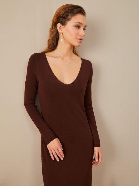 Коричневое платье с декольте 12storeez