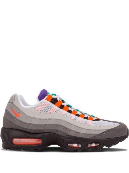 Серые кроссовки на каблуке с заплатками на шнуровке Nike
