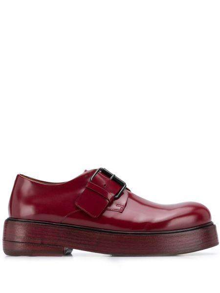 Czerwony skórzany buty brogsy z klamrą Marsell