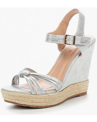 Босоножки на каблуке серебряного цвета Marquiiz