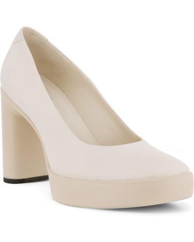Бежевые туфли на каблуке на платформе Ecco