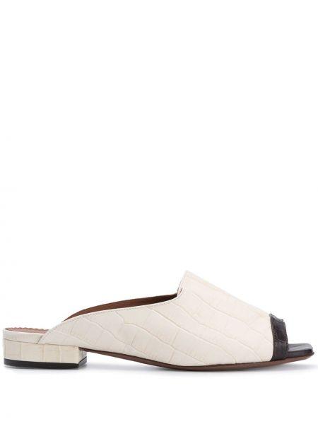 Кожаные белые мюли на каблуке с тиснением Lautre Chose