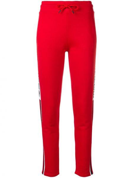 Красные спортивные брюки с нашивками Quantum Courage