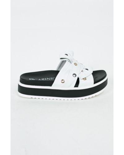 Белые сандалии на танкетке Carinii