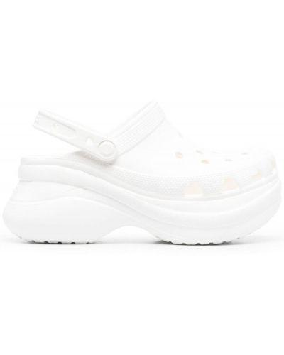 Białe chodaki na platformie Crocs