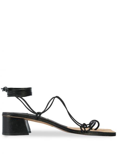 Кожаные открытые черные босоножки на каблуке Miista