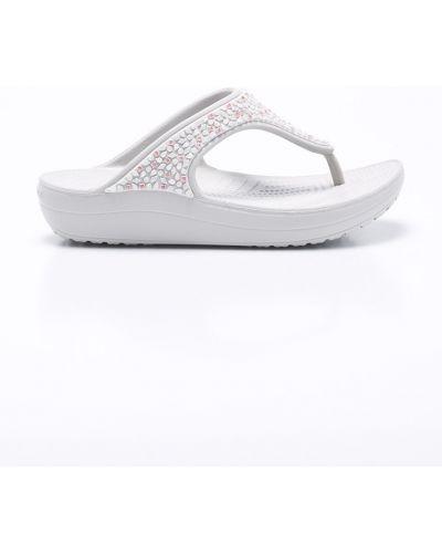 Серые сандалии на каблуке Crocs