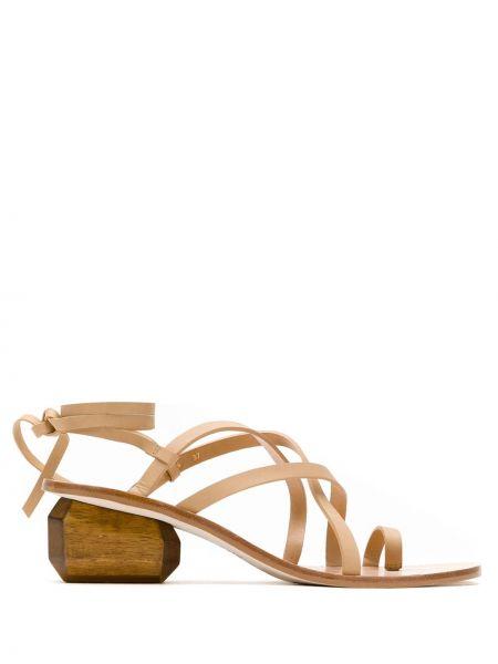 Кожаные с ремешком коричневые босоножки на каблуке Osklen