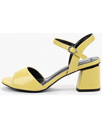 Босоножки на каблуке желтый кожаные Inario