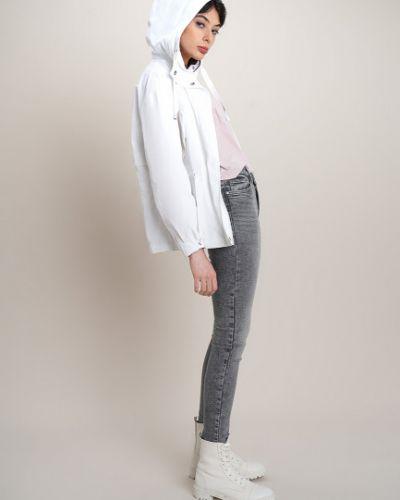 Белая куртка с капюшоном с нашивками Ostin