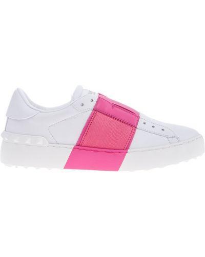 Белые кроссовки с надписью Valentino