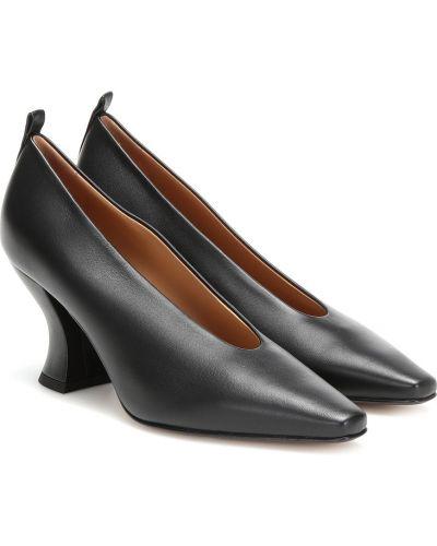 Кожаные туфли черные лодочки Bottega Veneta