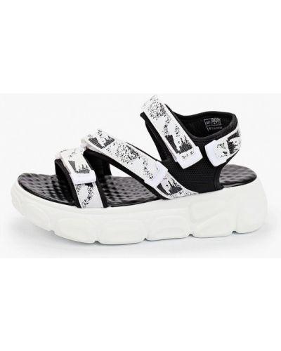 Белые текстильные сандалии Escan