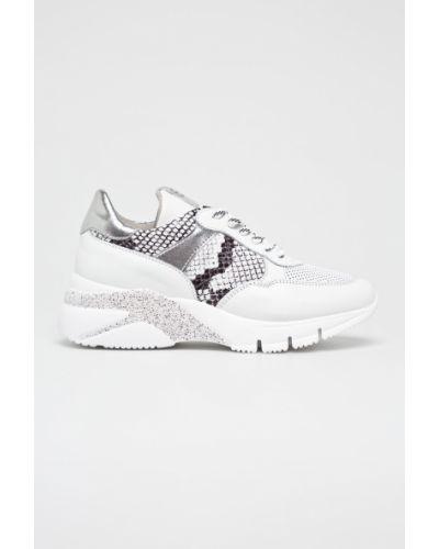 Белые текстильные кроссовки на платформе на шнуровке Tamaris