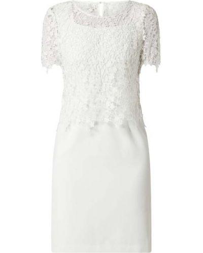 Ażurowa biała sukienka koktajlowa z wiskozy Apart Glamour