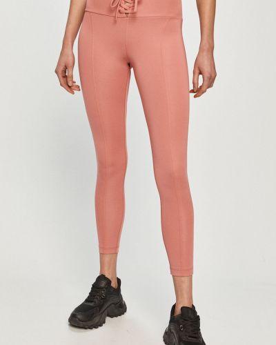 Różowe legginsy dzianinowe z printem Guess