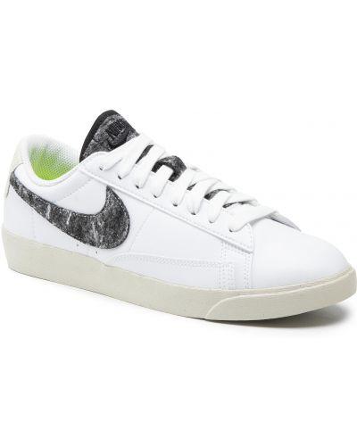 Biała klasyczna marynarka Nike