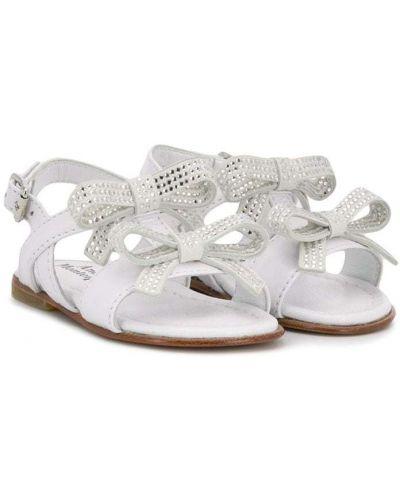 С ремешком белые кожаные сандалии Andrea Montelpare