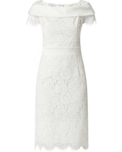 Biała sukienka koktajlowa koronkowa krótki rękaw Apart Glamour