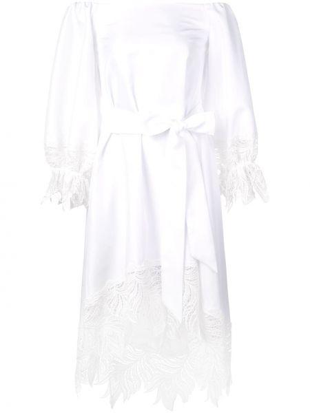 С рукавами белое платье эластичное со спущенными плечами Nha Khanh