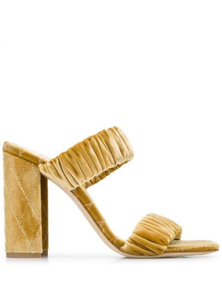 Кожаные открытые босоножки на высоком каблуке на каблуке золотые Chloe Gosselin