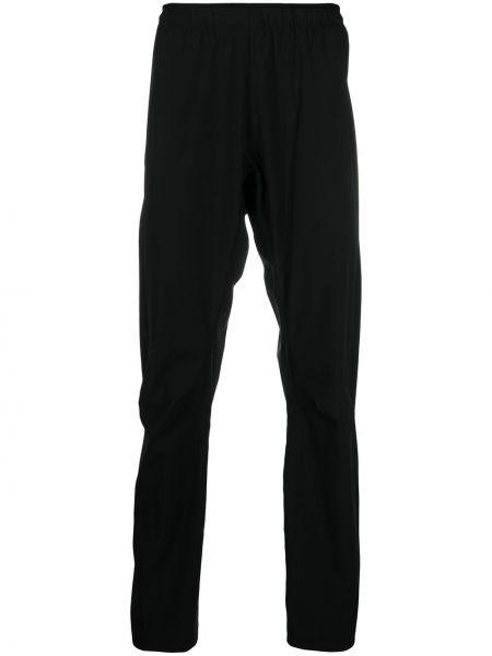 Czarne spodnie z nylonu z printem Arcteryx