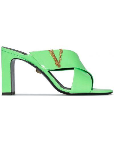 Зеленые лаковые кожаные сандалии Versace