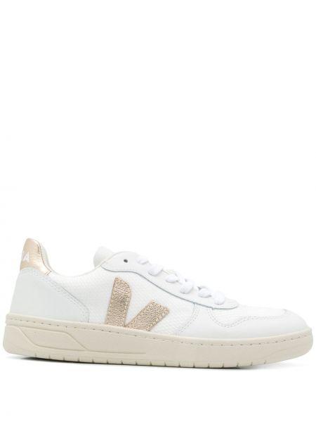 Белые кроссовки с нашивками на шнуровке сетчатые Veja