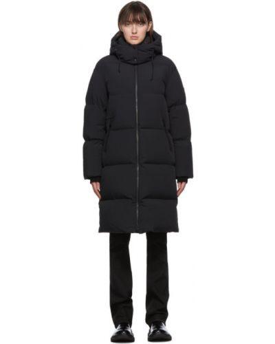 Черное пуховое длинное пальто с капюшоном Mackage