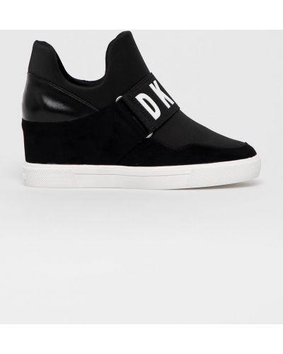 Czarne sneakersy na koturnie Dkny