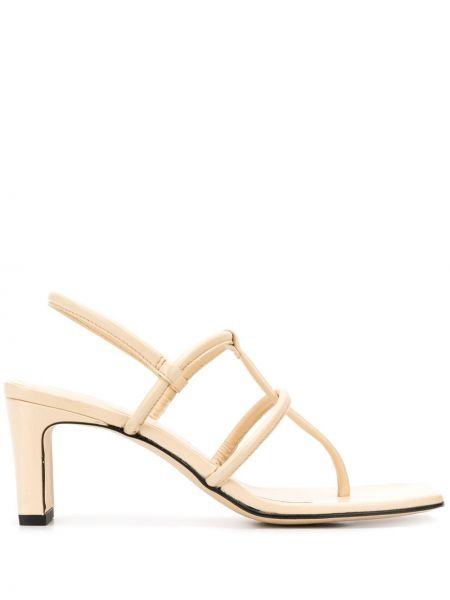Кожаные белые открытые босоножки на каблуке Dorateymur