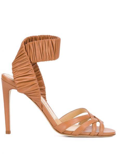 Кожаные открытые босоножки на каблуке Chloe Gosselin