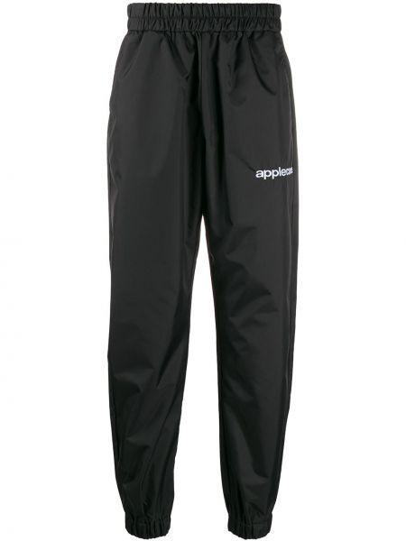 Czarne spodnie z haftem Applecore