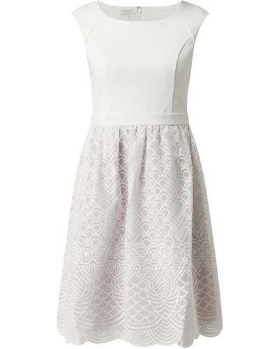 Biała sukienka koktajlowa rozkloszowana bez rękawów Apart Glamour