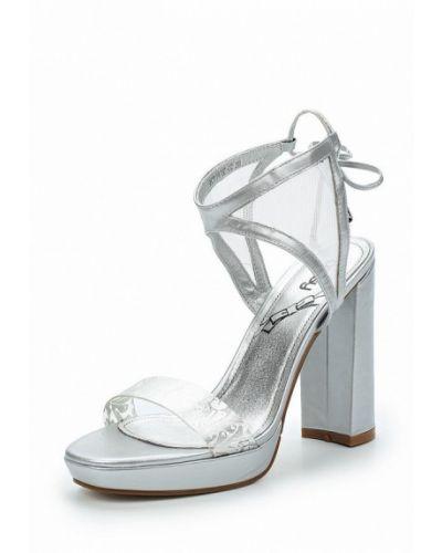 Босоножки на каблуке серебряного цвета Betsy