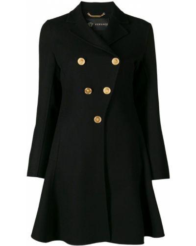 Расклешенное черное пальто с капюшоном Versace