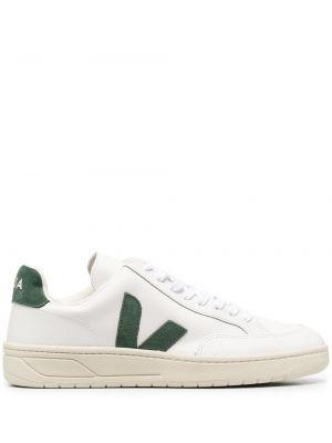 Кожаные белые кроссовки с нашивками на шнуровке Veja