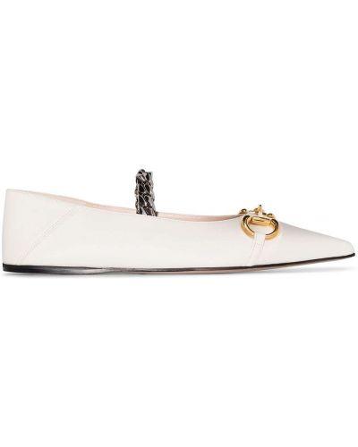 Skórzany biały buciki z ostrym nosem Gucci