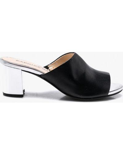 Черные сандалии на каблуке Caprice