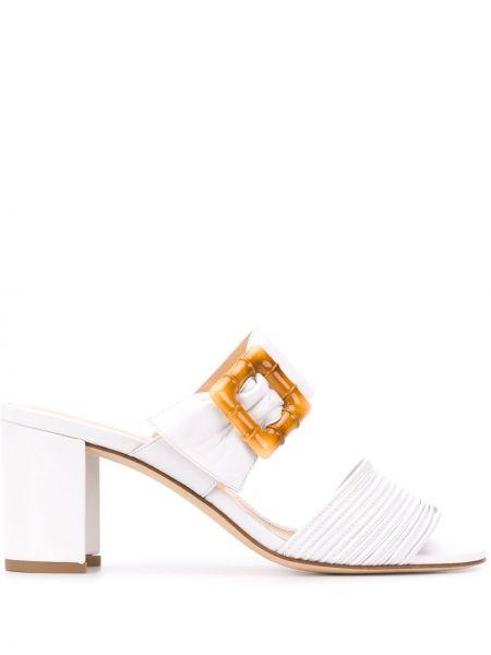 Белые массивные открытые босоножки на каблуке Chloe Gosselin