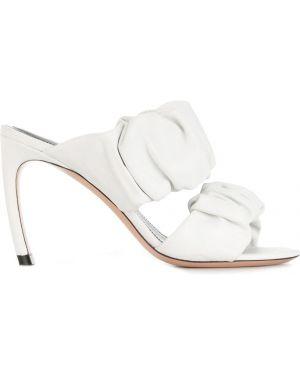 Белые мюли с оборками на каблуке Nicholas Kirkwood