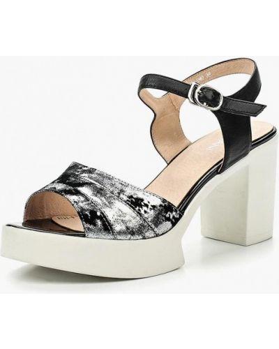 Босоножки на каблуке серебряного цвета Covani