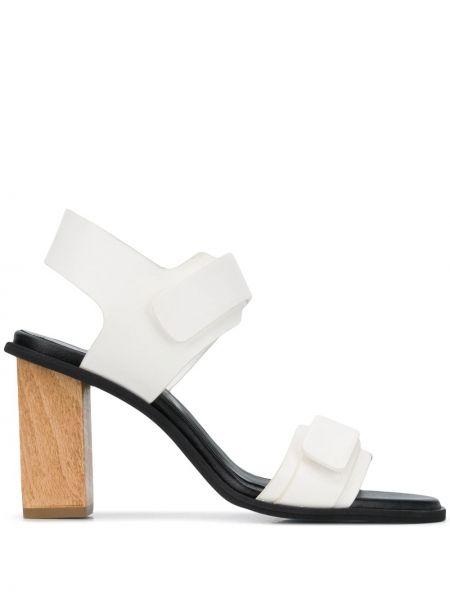 Кожаные с ремешком белые босоножки на каблуке Christian Wijnants
