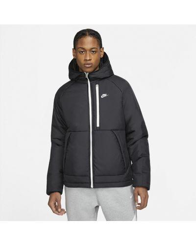 Черная куртка утепленная Nike