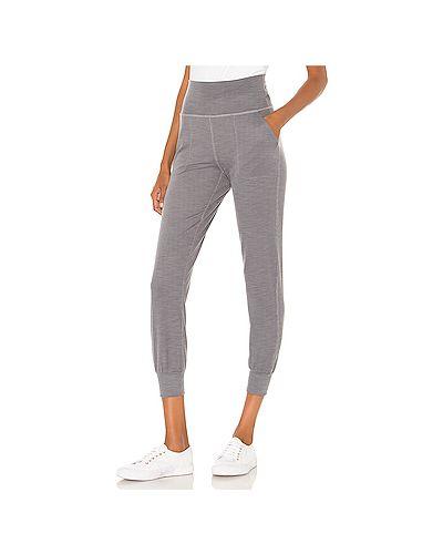 Серые брюки на резинке для йоги с карманами из вискозы Beyond Yoga