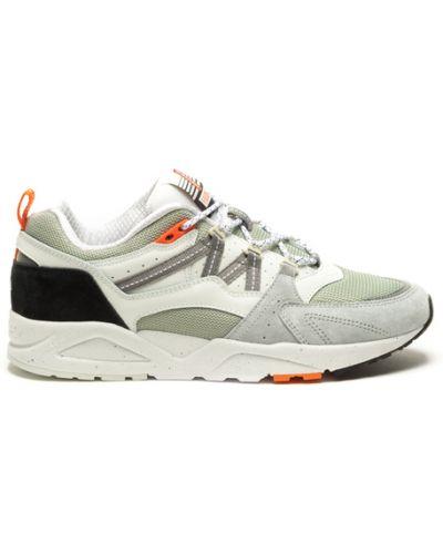 Białe sneakersy Karhu