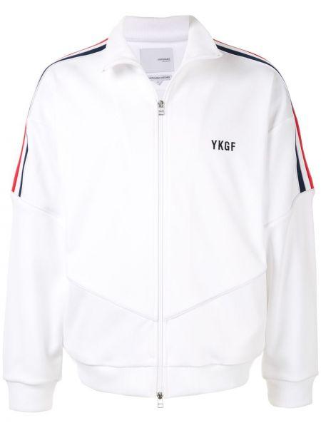 Приталенная спортивная белая длинная куртка с манжетами Yoshiokubo